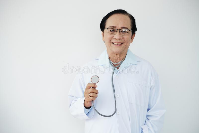 Hogere arts met stethoscoop stock afbeelding