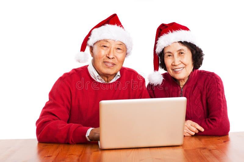 Hogere Aziatische grootouders die computer met behulp van royalty-vrije stock foto
