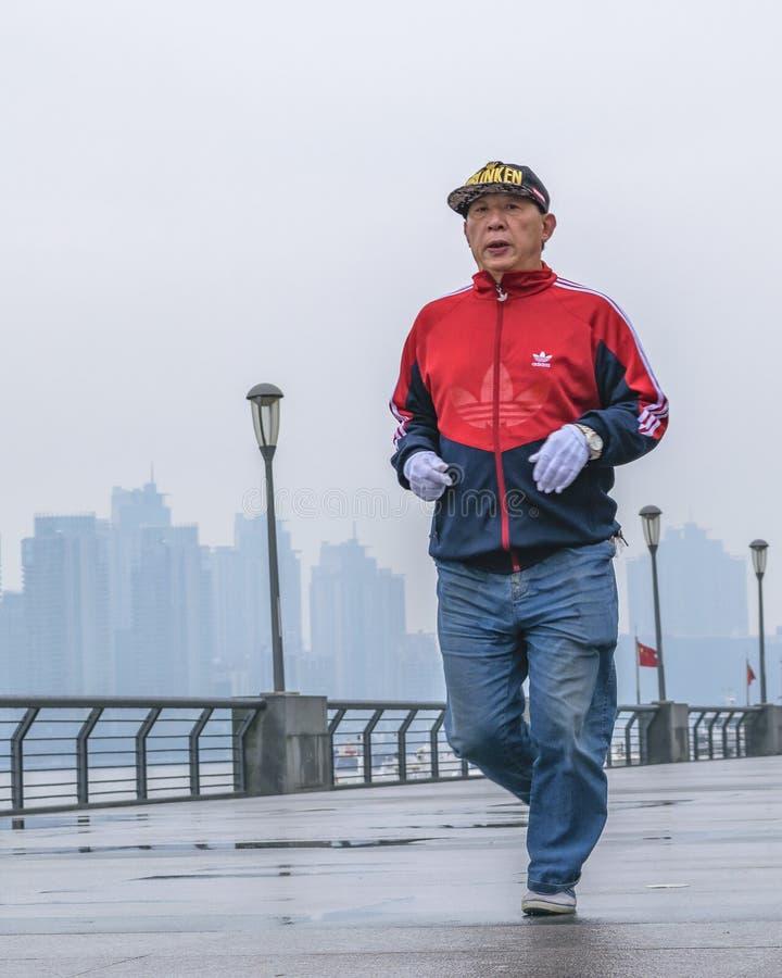 Hogere Aziatische Mens die bij Promenade, Shanghai, China lopen royalty-vrije stock afbeelding