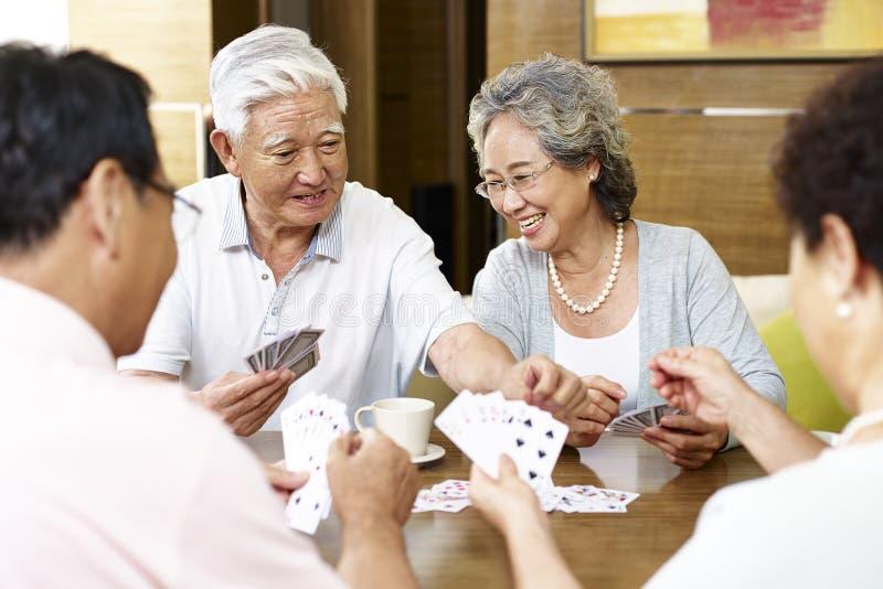 Hogere Aziatische mensenspeelkaarten royalty-vrije stock foto's