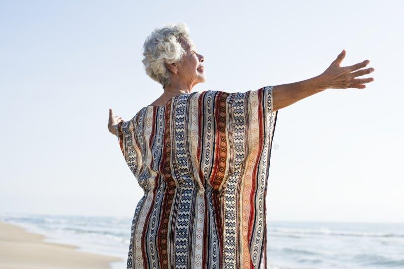Hogere Aziatische vrouw bij het strand royalty-vrije stock fotografie