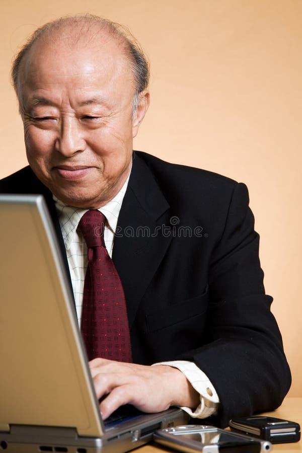 Hogere Aziatische zakenman royalty-vrije stock fotografie