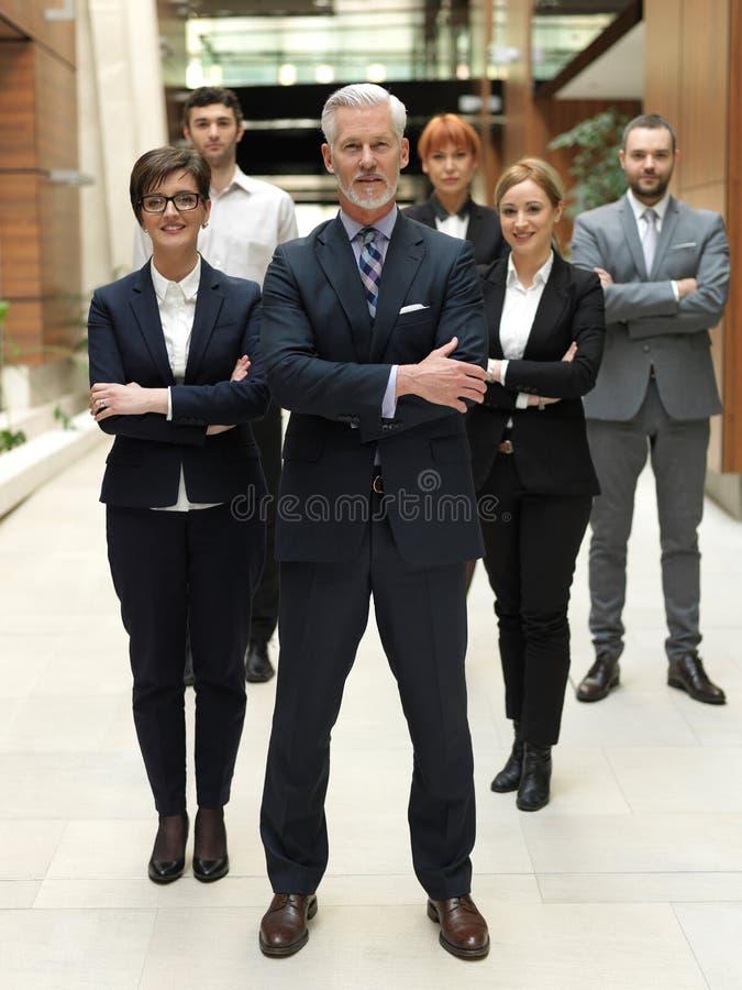 Hogere bedrijfsmens met zijn team op kantoor royalty-vrije stock fotografie