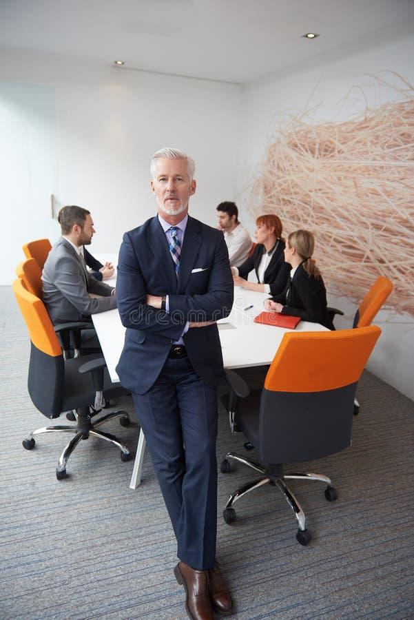 Hogere bedrijfsmens met zijn team op kantoor royalty-vrije stock foto