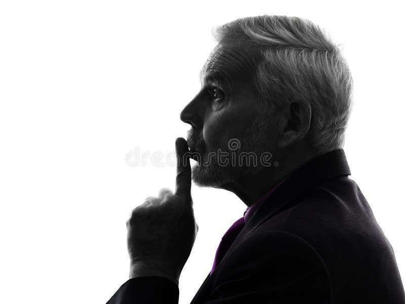 Hogere bedrijfsmensen hushing vinger op lippensilhouet stock foto's