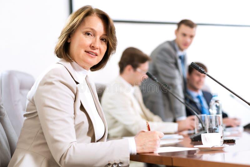 Hogere bedrijfsvrouw die met documenten werkt stock afbeelding