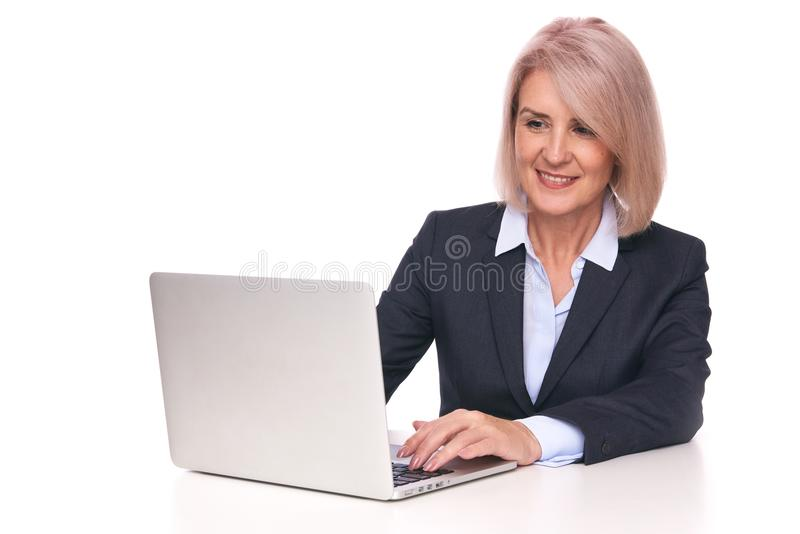 Hogere bedrijfsvrouw met laptop Geïsoleerde stock afbeeldingen