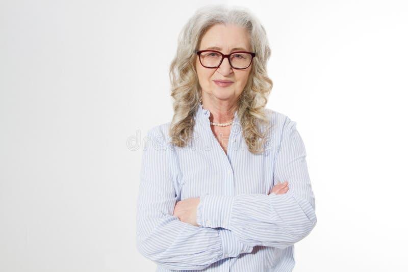 Hogere bedrijfsvrouw met modieuze die glazen en rimpelgezicht op witte achtergrond wordt geïsoleerd Rijpe gezonde dame De ruimte  royalty-vrije stock afbeeldingen
