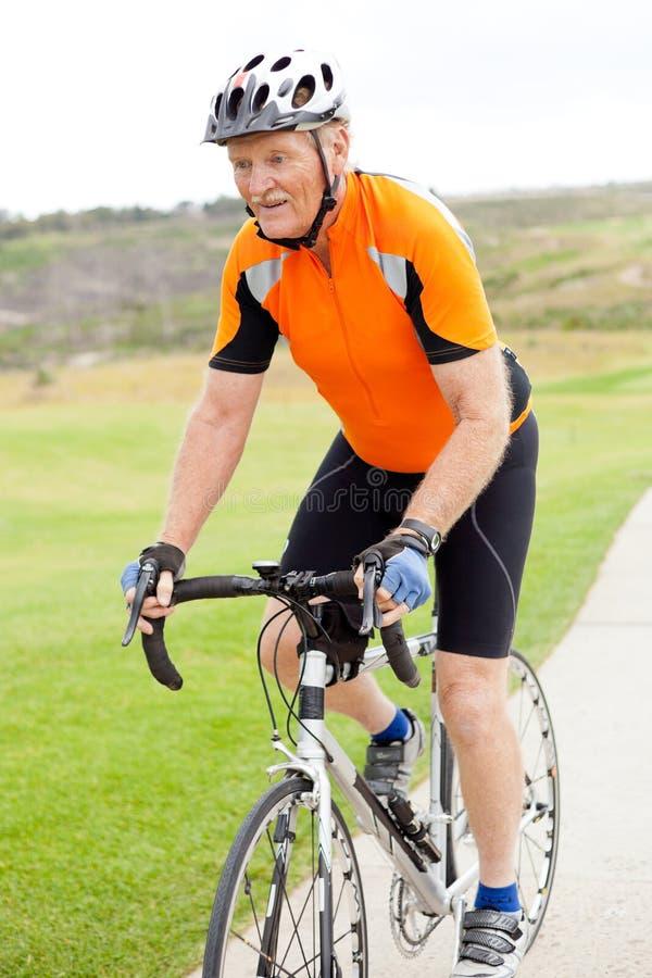 Hogere berijdende fiets royalty-vrije stock foto's
