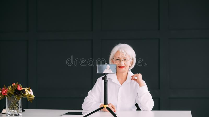 Hogere dame blogger financiële bedrijfsontwikkeling royalty-vrije stock foto's