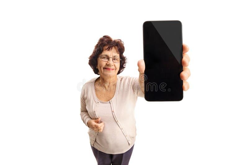 Hogere dame die een telefoon en het glimlachen tonen royalty-vrije stock foto's
