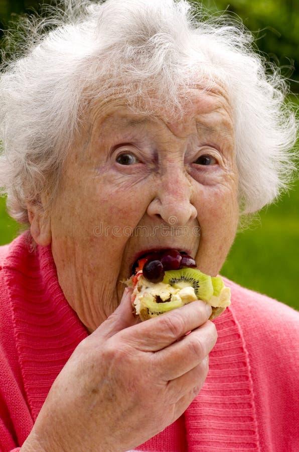 Hogere Dame Eating een Wafel royalty-vrije stock foto