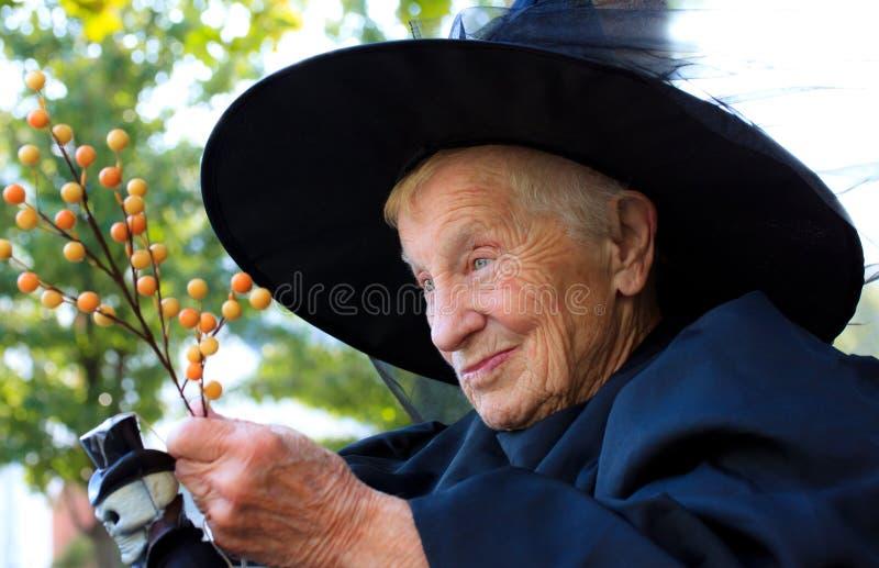Hogere dame in heksenkostuum stock fotografie