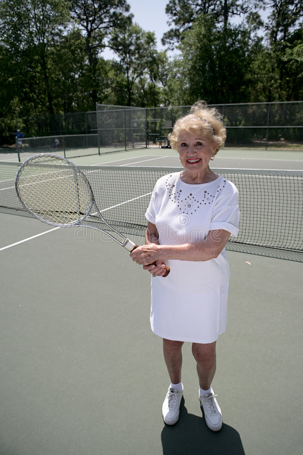 Hogere Dame Plays Tennis royalty-vrije stock foto