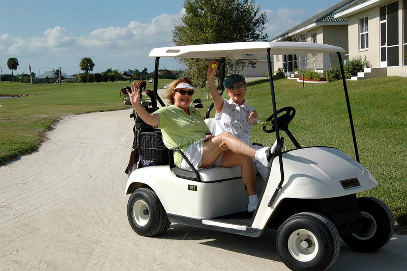 Hogere dames in golfkar royalty-vrije stock afbeelding