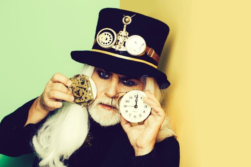 Hogere gebaarde mens of horlogemaker royalty-vrije stock afbeeldingen