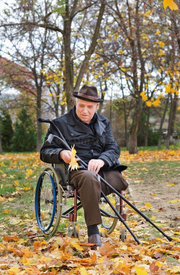 Hogere gehandicapte mens in een rolstoel royalty-vrije stock afbeeldingen