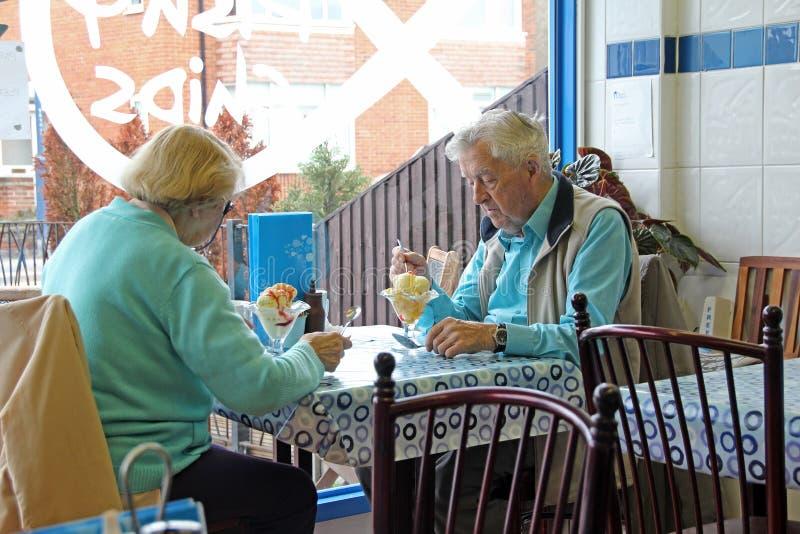Hogere gepensioneerden die maaltijd uit eten royalty-vrije stock foto's