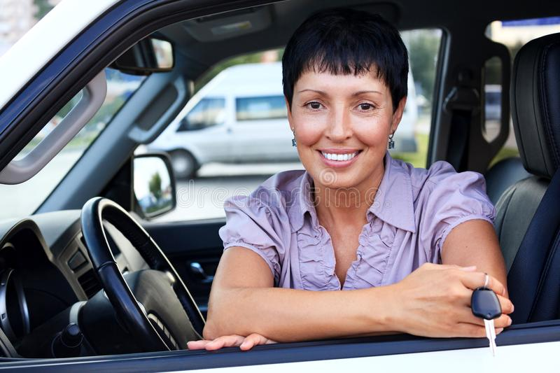 Hogere glimlachende vrouw die de autosleutels houden royalty-vrije stock afbeelding