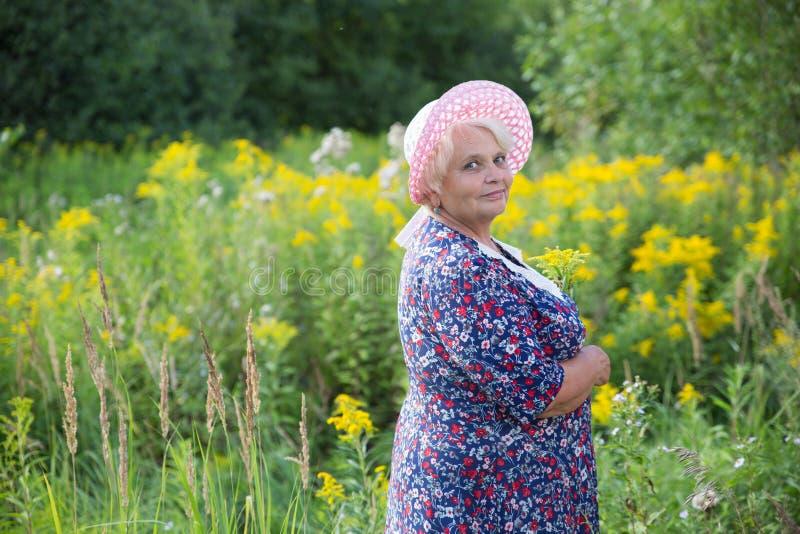 Hogere grootmoeder openlucht royalty-vrije stock foto