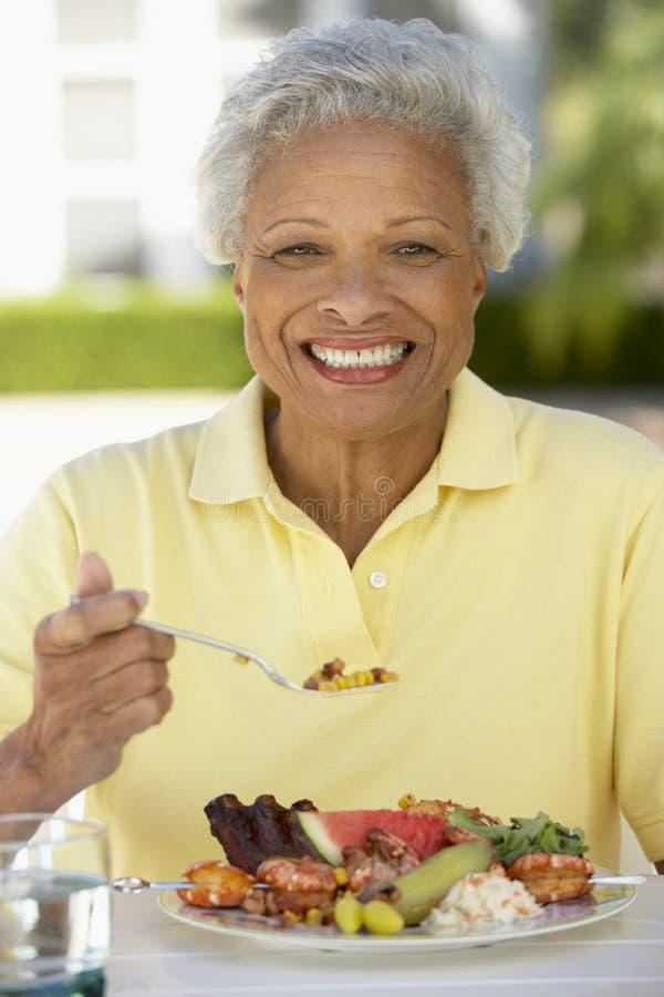 Hogere het Dineren van de Vrouw Al Fresko stock afbeeldingen