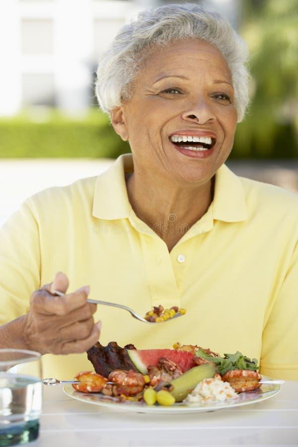 Hogere het Dineren van de Vrouw Al Fresko royalty-vrije stock fotografie