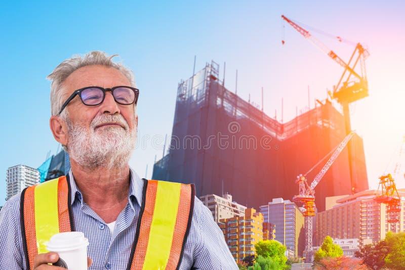 Hogere ingenieur met achtergrondontwikkeling van stad met in aanbouw kraan stock foto's