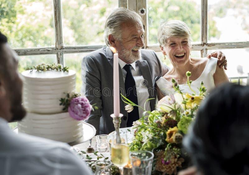 Hogere Kaukasische samen Vrolijke Paarzitting royalty-vrije stock foto