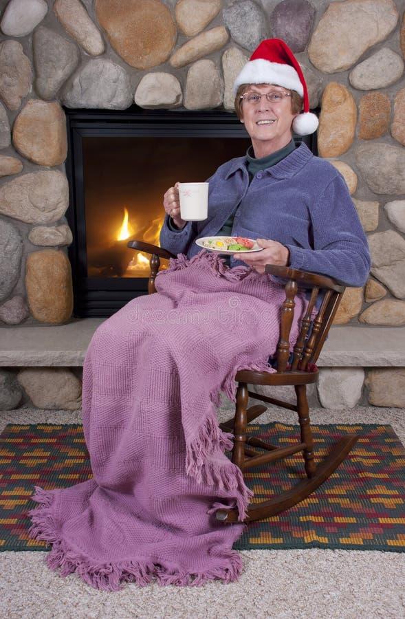 Hogere Kerstmis van de Open haard van de Schommelstoel van de Vrouw stock afbeeldingen