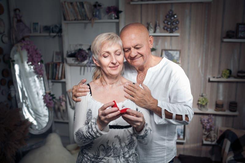Hogere man die voorstel doen aan oudere vrouw; royalty-vrije stock foto's