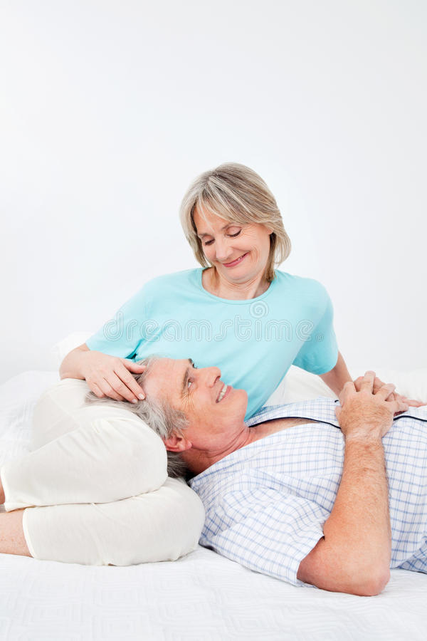 Hogere man en vrouw in slaapkamer royalty-vrije stock foto