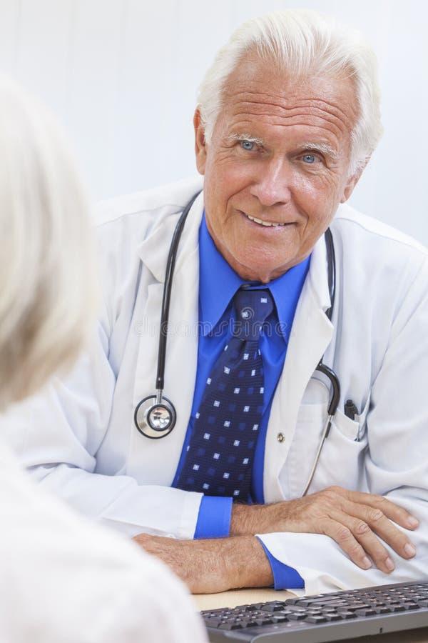 Hogere Mannelijke Arts met Bejaarde Vrouwelijke Patiënt stock afbeeldingen