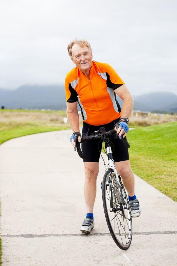 Hogere mannelijke fietser stock fotografie