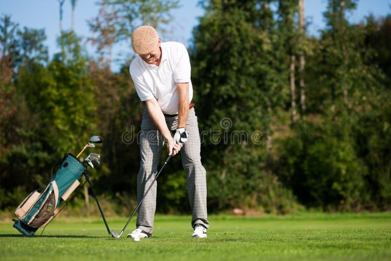 Hogere mannelijke golfspeler stock fotografie