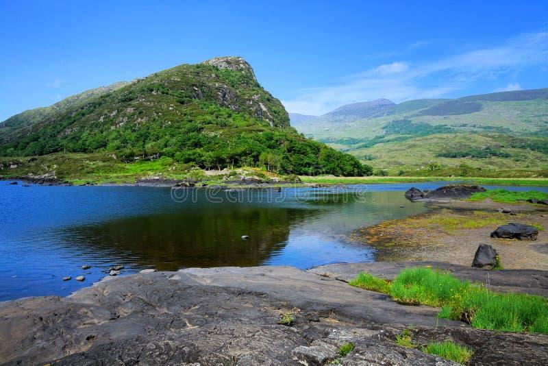 Hogere Meer en bergen in het Nationale Park van Killarney, Ring van Kerry, Ierland stock foto's