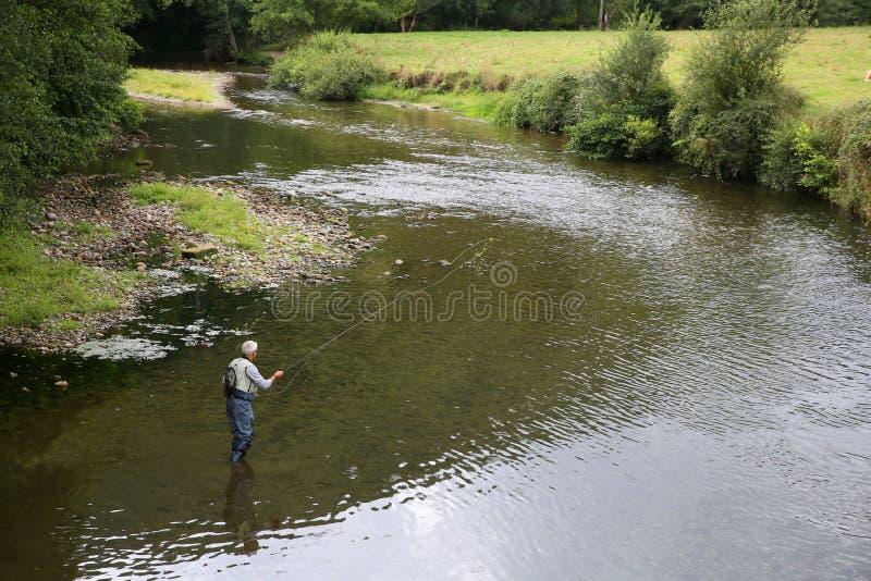 Hogere mening van visser in de rivier royalty-vrije stock foto's