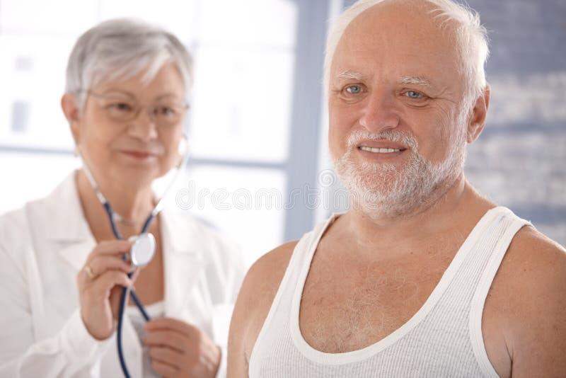 Hogere mens bij de gezondheidscontrole stock foto's