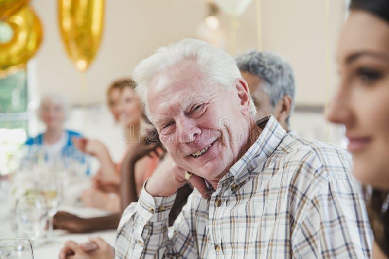 Hogere mens bij een verjaardagspartij stock foto