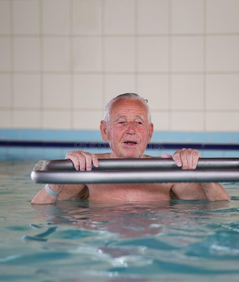 Hogere mens bij rand van zwembad royalty-vrije stock foto