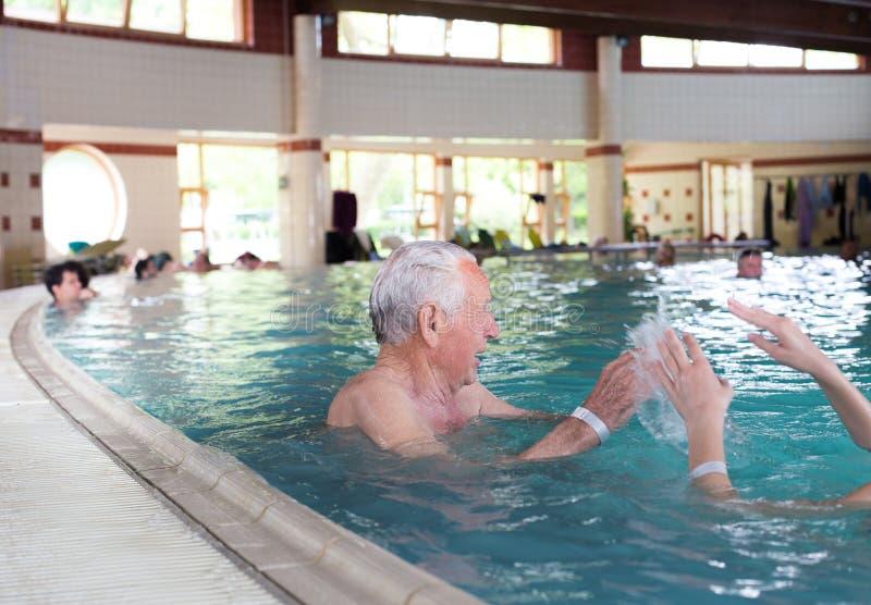 Hogere mens bij rand van zwembad royalty-vrije stock foto's