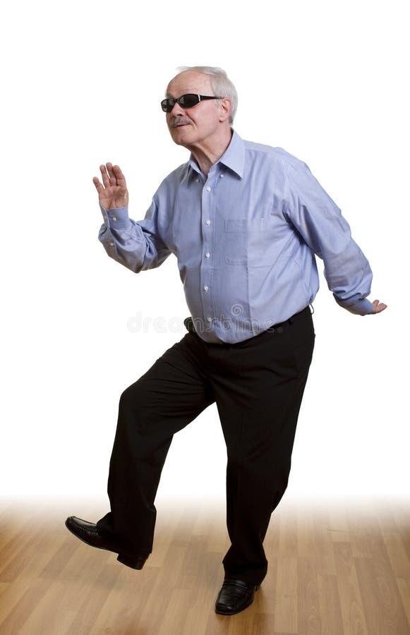 Hogere mens die alleen danst stock foto's