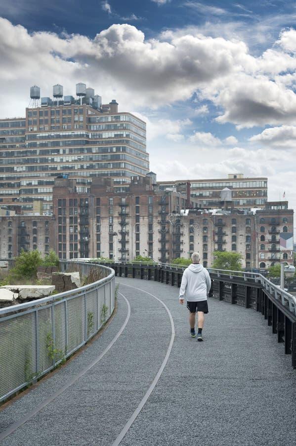 Hogere Mens die bij Hoog Lijnpark lopen in de Stad van New York royalty-vrije stock afbeeldingen
