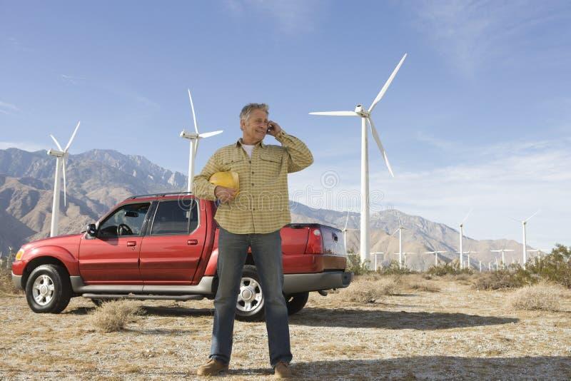 Hogere Mens die bij Windlandbouwbedrijf werken stock foto's