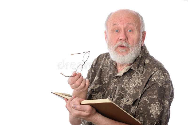 Hogere mens die die een boek lezen, op wit wordt geïsoleerd stock afbeelding