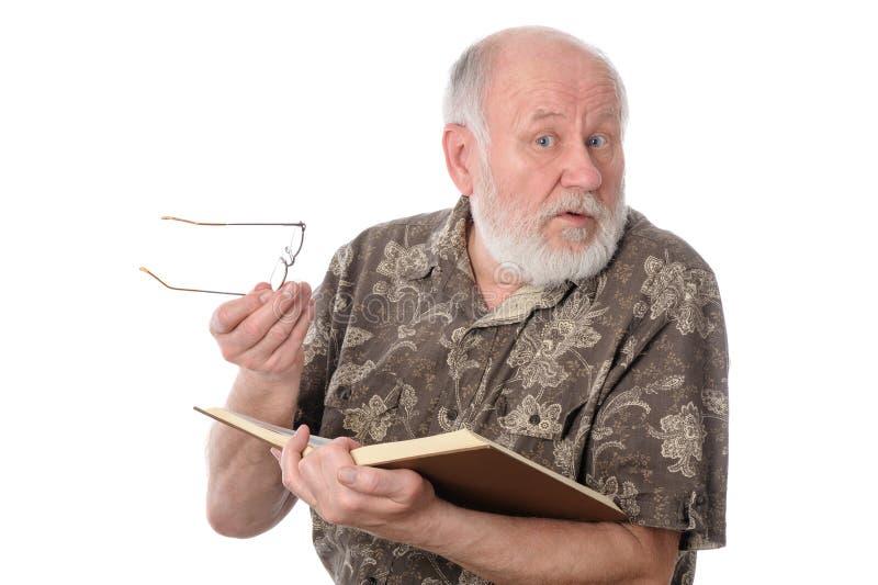 Hogere mens die die een boek lezen, op wit wordt geïsoleerd stock foto