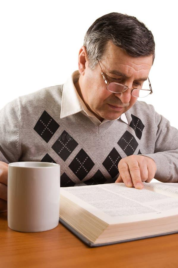 Hogere mens die een boek leest royalty-vrije stock foto