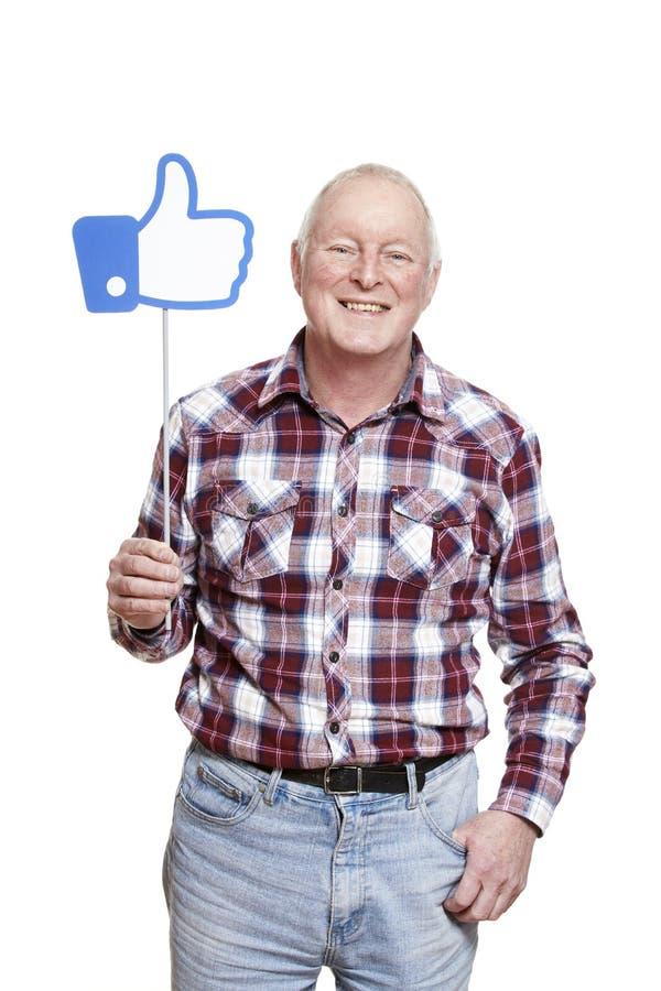 Hogere mens die het sociale media teken glimlachen houden royalty-vrije stock afbeeldingen