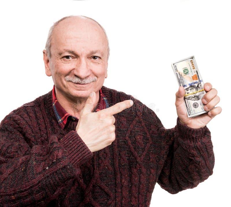 Hogere mens die een stapel van geld houden Portret van een opgewekte oude zakenman royalty-vrije stock afbeeldingen