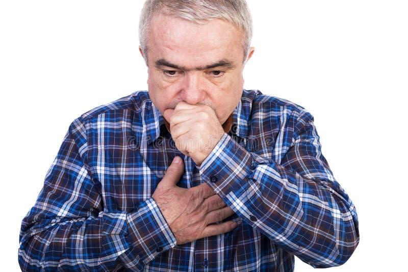 Hogere mens die en het beschuldigen borstpijn hoesten stock fotografie