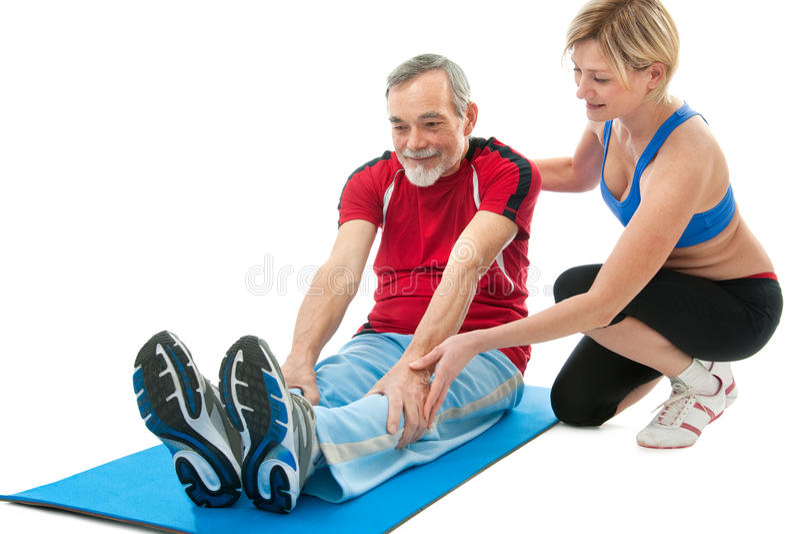 Hogere mens die geschiktheidsoefening doet stock foto